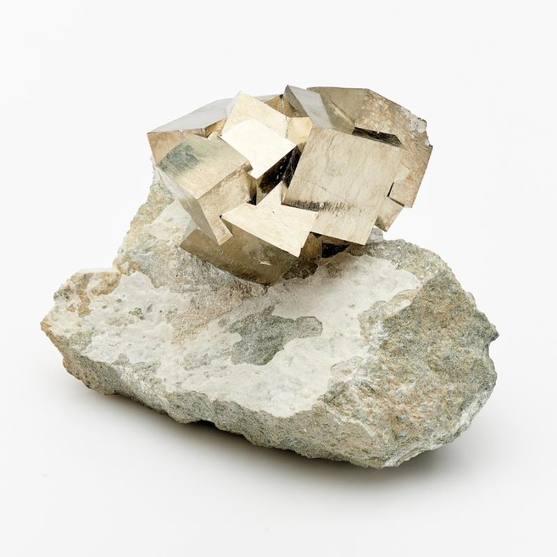 Кристалл в породе пирит  M