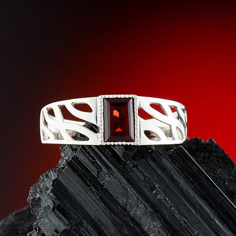 Кольцо гранат альмандин  огранка (серебро 925 пр.) размер 19,5