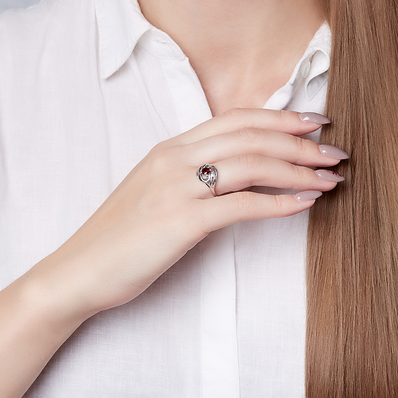 Кольцо гранат альмандин Индия огранка (серебро 925 пр.) размер 18,5