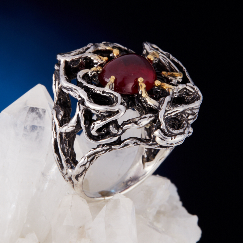 Кольцо корунд рубиновый (серебро 925 пр., позолота) размер 17