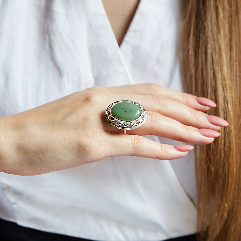 Кольцо нефрит зеленый Россия (серебро 925 пр.) размер 14,5