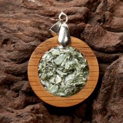 Кулон клинохлор (серафинит) Россия круг (дерево)