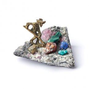 Минералогическая композиция микс азурит, гранат, малахит (латунь) 5 см