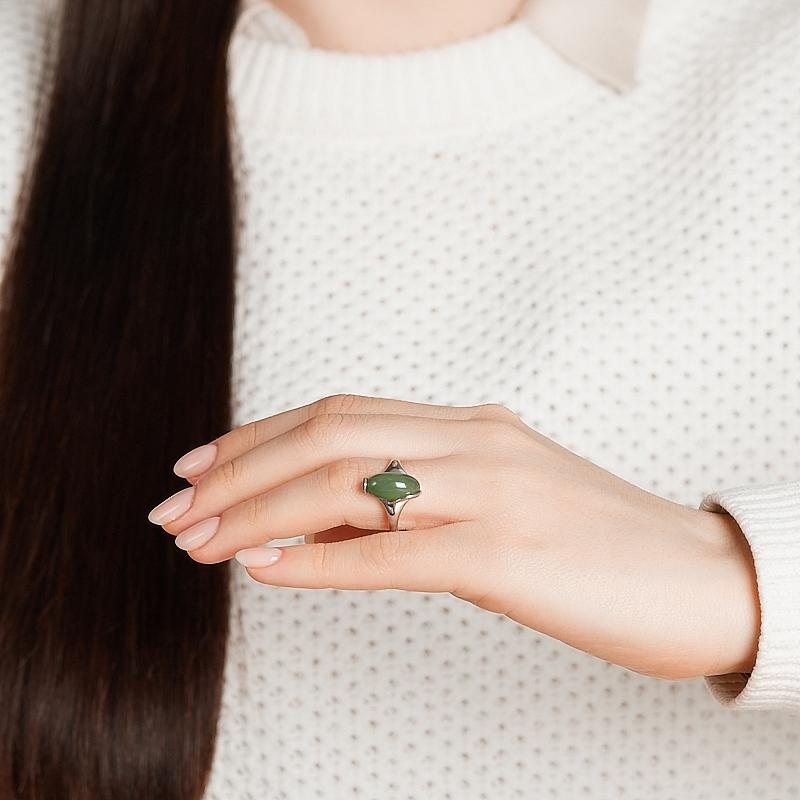 Кольцо нефрит зеленый Россия (серебро 925 пр. родир. бел.) размер 17,5