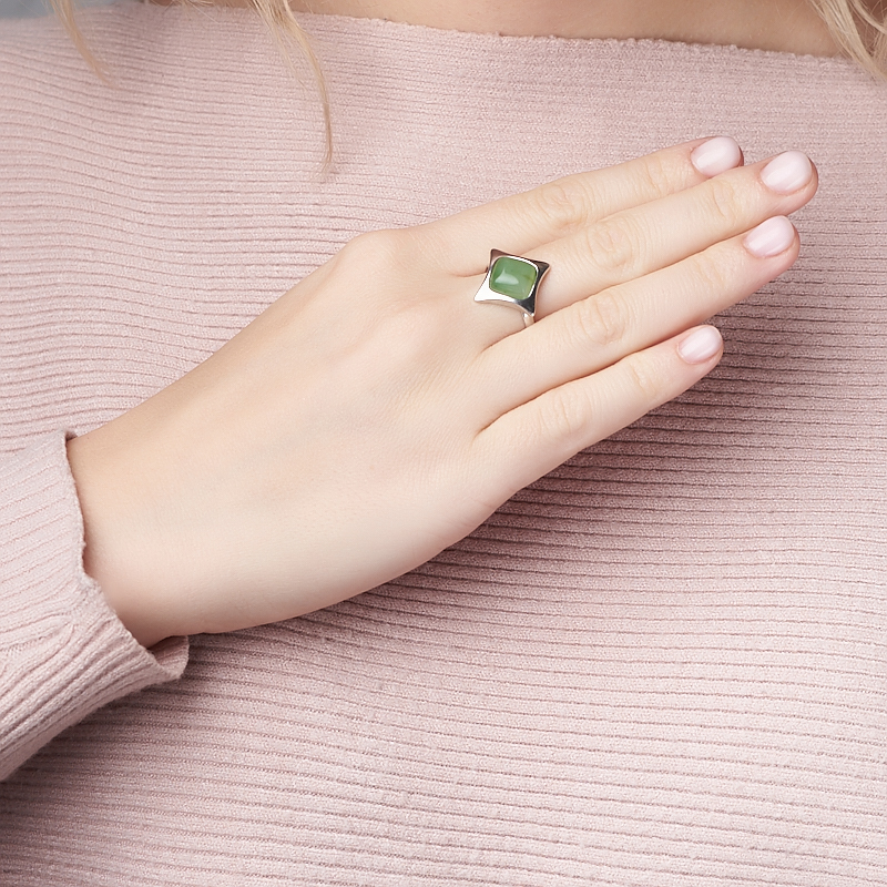 Кольцо нефрит зеленый Россия (серебро 925 пр. родир. бел.) размер 15