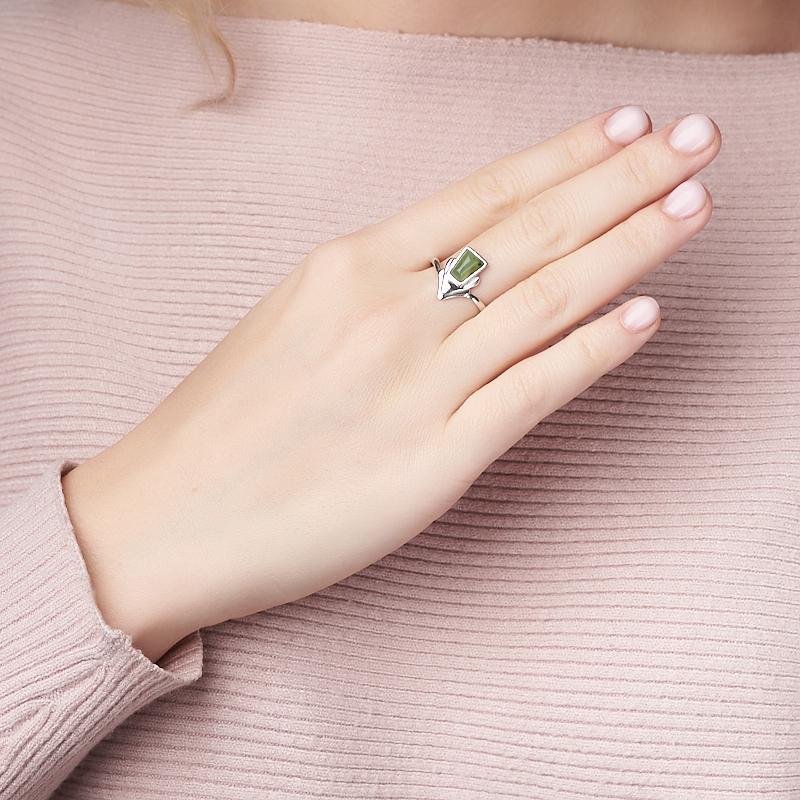 Кольцо нефрит зеленый Россия (серебро 925 пр. родир. бел.) размер 16,5