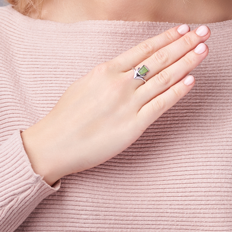 Кольцо нефрит зеленый Россия (серебро 925 пр. родир. бел.) размер 19,5