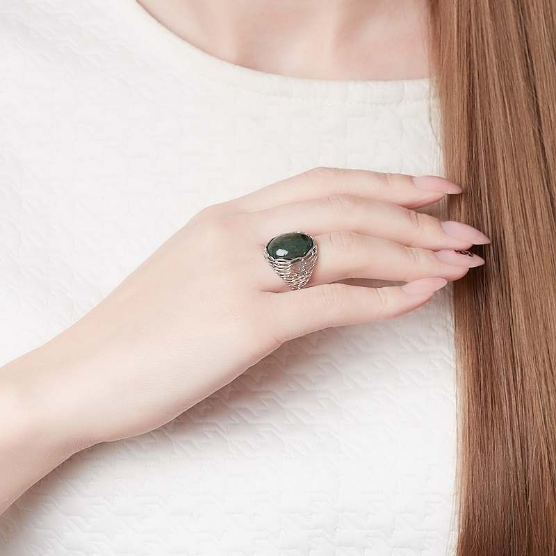 Кольцо нефрит зеленый Россия (серебро 925 пр. родир. бел.) размер 18,5