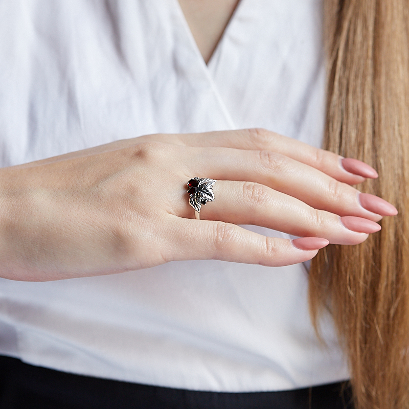 Кольцо гранат альмандин Индия (серебро 925 пр. оксидир.) огранка размер 17,5