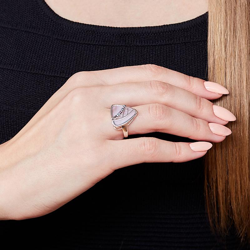 Кольцо перламутр розовый Индонезия (серебро 925 пр. родир. бел., родир. черн.) размер 18